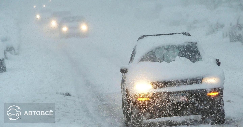 Около 100 автомобилей застряли в снежных переметах на дороге в Восточно-Казахстанской области